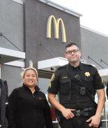 Empleados de McDonald's asisten a mujer que pidió ayuda con gestos