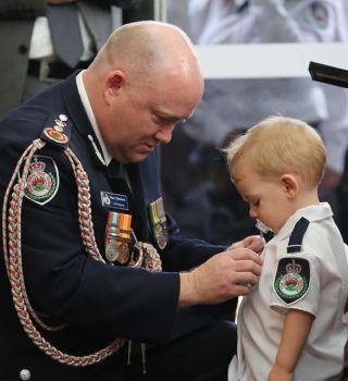 Medalla de honor póstuma a bombero fallecido en incendio de Australia