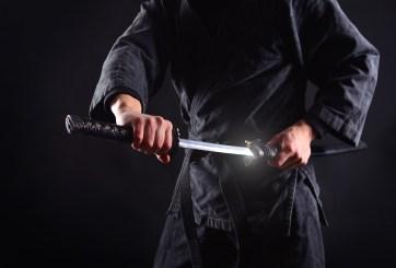 Hombre pide resolver demanda con un duelo de espadas contra exesposa