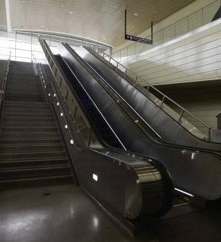 Orina en el Metro de CDMX causa daños en las escaleras eléctricas