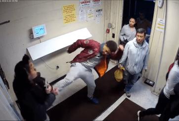 VIDEO: Golpeó y amenazó a su novia con cuchillo mientras todos veían