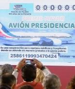 FOTO: AMLO presenta boleto para rifa de avión presidencial