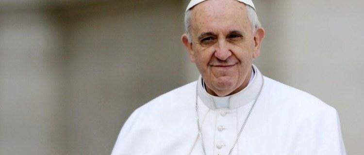 El papa se disculpa por manotazo y denuncia violencia contra mujeres