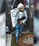 Hombre dejó bolsas de diseñador con arma y drogas en una tienda