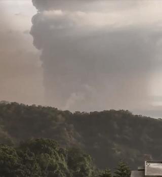Volcán de Filipinas hizo erupción y emiten alerta de tsunami volcánico
