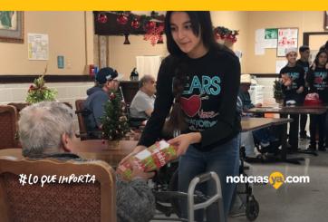 Club de tejer dona bufandas caseras a hogares de ancianos locales