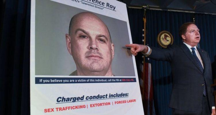 Arrestan a hombre por trata de personas y culto en escuela de su hija