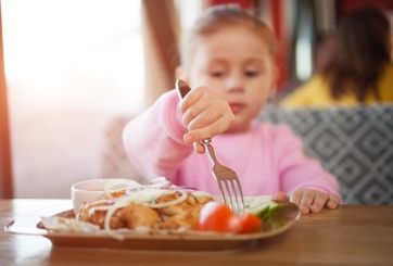 Restaurante abrió antes para dar comida favorita a pequeña con cáncer