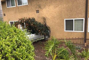 Hombre choca contra apartamentos dañando dos unidades en San Diego