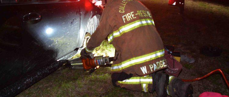Mujer cambió llanta, auto aplastó sus manos y llamó al 911 con sus pies