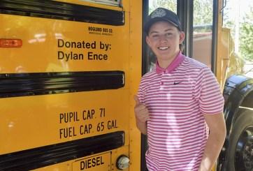 Joven de EE.UU. donó autobús de útiles escolares a escuela de México