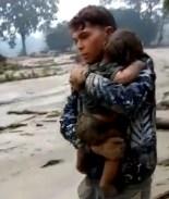 VIDEO: Rescatan a bebé enterrado por 6 horas bajo el lodo tras avalancha