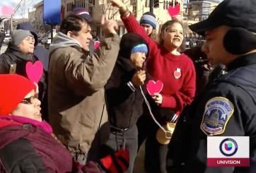 Vendedores latinos intimidados por policías en el Día de San Valentín