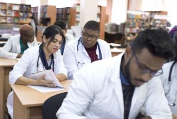 Escuelas de medicina consideran graduaciones tempranas por pandemia