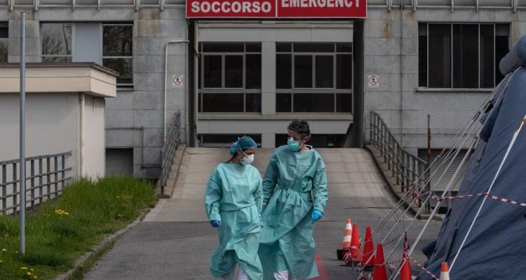 Suicidios de enfermeras y angustia por los médicos muertos en Italia