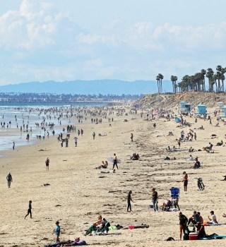 Multitudes llenaron las playas de CA a pesar de la orden de cuarentena