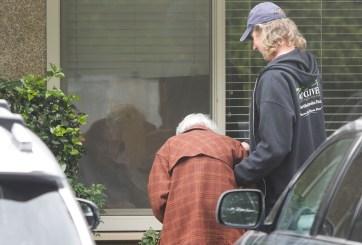 FOTOS: Ni el coronavirus los separa, anciana ve a esposo en cuarentena