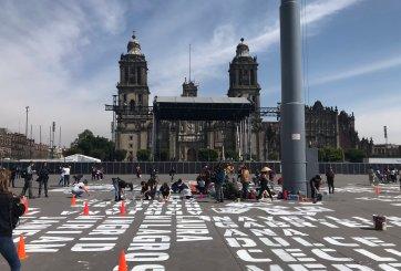 Mujeres pintan nombres de víctimas de feminicidio en el zócalo de CMDX