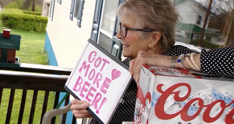 Abuelita pidió más cerveza para la cuarentena y Coors Light se la llevó