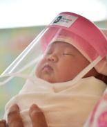 Bebés usan pequeños escudos faciales para protegerlos de Coronavirus