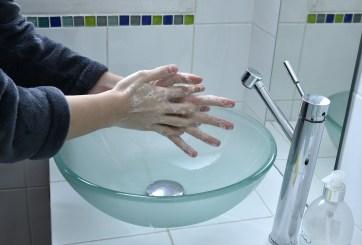 Hombres se lavan las manos con menos frecuencia que las mujeres