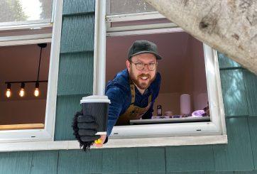 Regala café desde su ventana a quienes trabajan a pesar de la pandemia