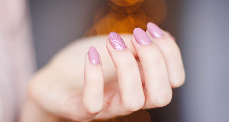 No deberías usar uñas largas o pintadas durante la pandemia, advierten