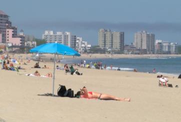 Días soleados atraen multitudes a playas y parques