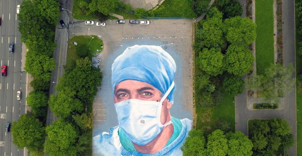 Latino hizo mural en honor a doctor que murió luchando contra Covid-19
