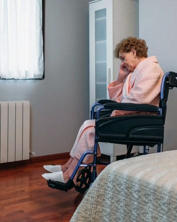 Asilos de ancianos se quedan con cheque de estímulo de residentes