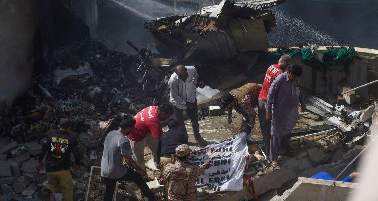 Se estrella avión de Pakistan Airlines con más de 100 personas a bordo