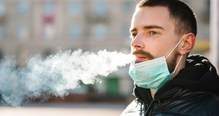 Fumar aumenta el riesgo de desarrollar síntomas graves de COVID-19, advierten