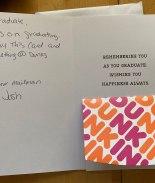 VIDEO: Cartero deja tarjetas de regalo para los graduados de su ruta