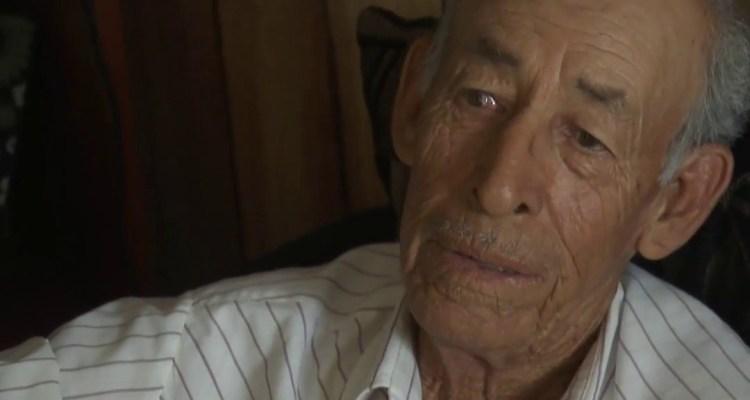 Adulto mayor recibe ayuda de activistas locales