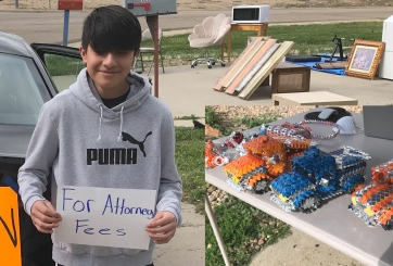 Niño hispano vende juguetes para traer devuelta a su papá de México