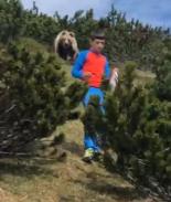 Escalofriante video muestra cómo un oso sigue a un niño en las montañas
