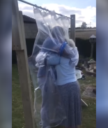 Modificó cortina de baño para abrazar a su abuela de forma segura