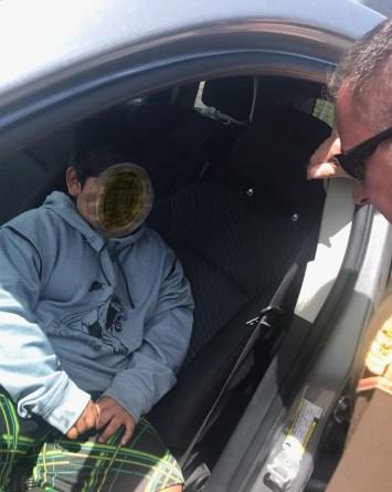 Policía detiene a niño de 5 años manejando el auto de sus padres