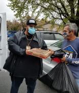 Expandillero entrega alimentos a familias necesitadas del DMV