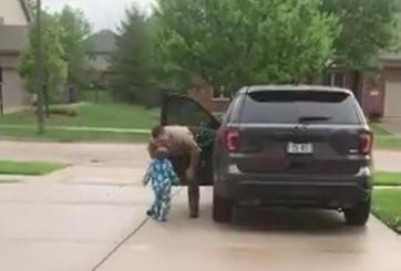 Pequeño sigue a su papá para un último beso antes de irse a trabajar