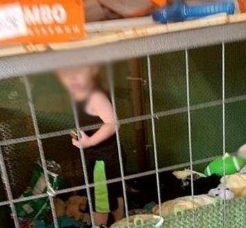 Rescatan a niño que tenían viviendo en una jaula y rodeado de animales