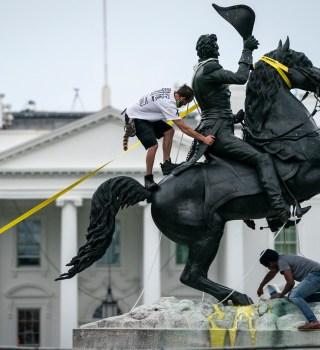 Mientras el país sufre por COVID, Trump protege estatuas confederadas