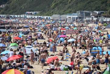 FOTOS: Miles inundan playas del Reino Unido en medio de la pandemia