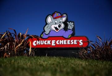 Mujer fue asesinada frente a sus hijos dentro de un Chuck E. Cheese