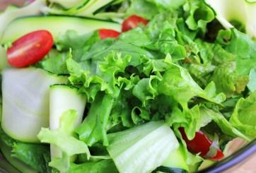 Más de 200 personas contraen infección tras consumir ensalada en bolsa