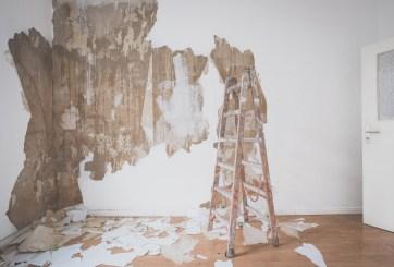 Mujer encuentra antiguo y misterioso mensaje detrás de papel tapiz