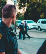 Despiden a tres policías que fueron captados siendo racistas