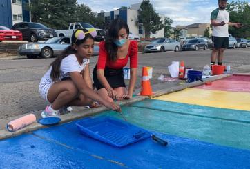 Hispanos transforman paraderos de buses escolares en obras de arte