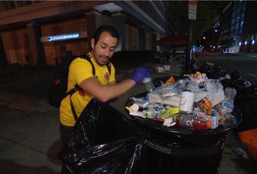 Desempleado y sobreviviente de covid-19 limpia calles para agradecer