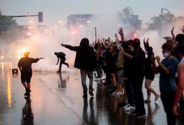 Extremistas blancos provocan caos en protestas, denuncian funcionarios